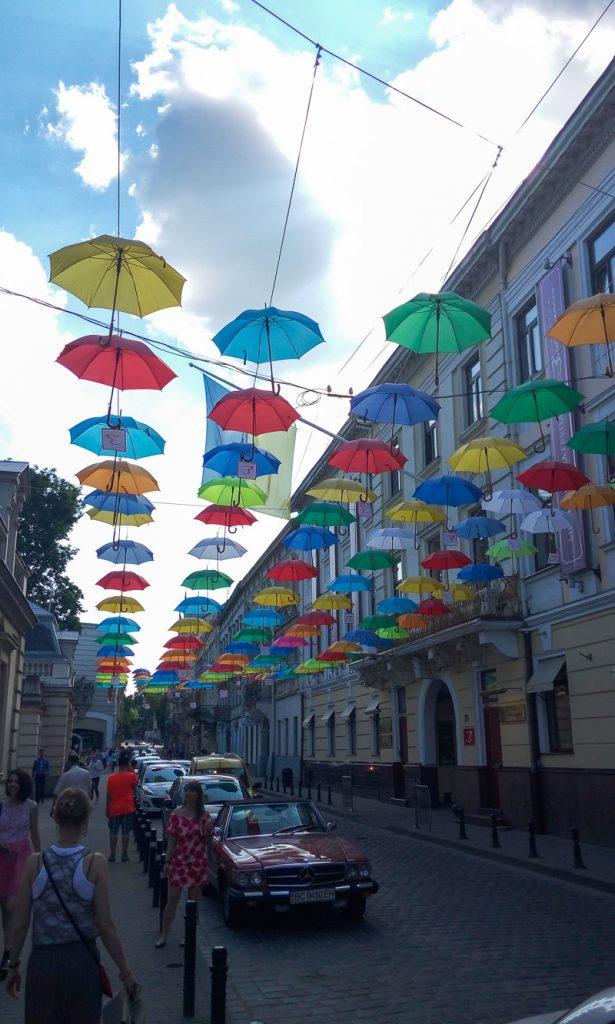 Выходные во Львове. Инсталляция из разноцветных зонтиков