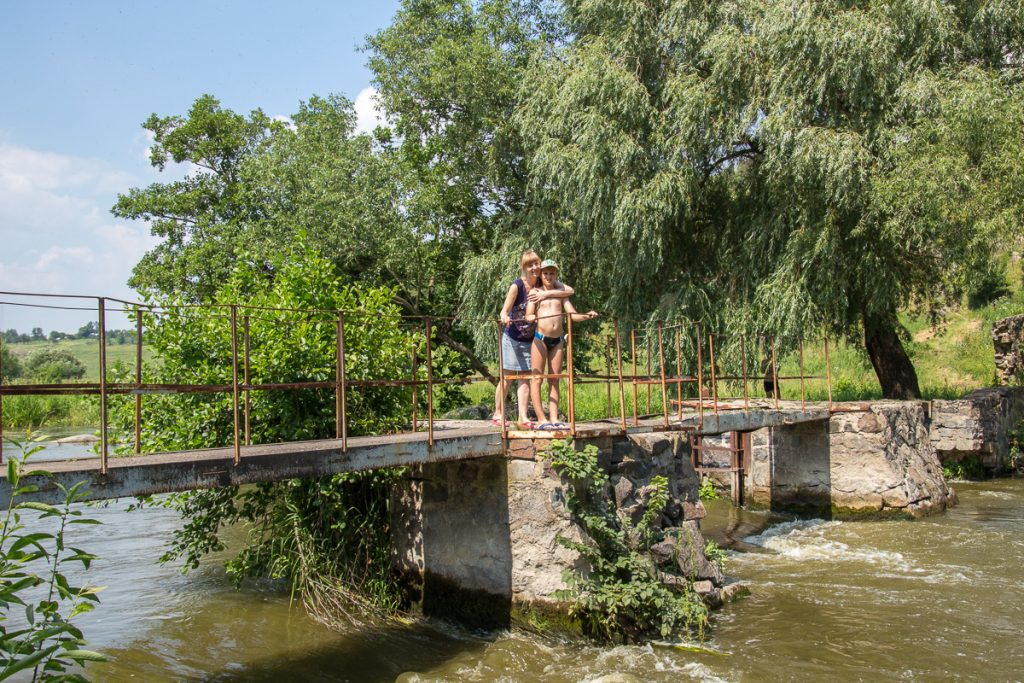На мостике в начале канала в Сокольце