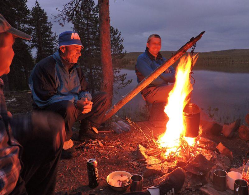 У костра над озером в Швеции