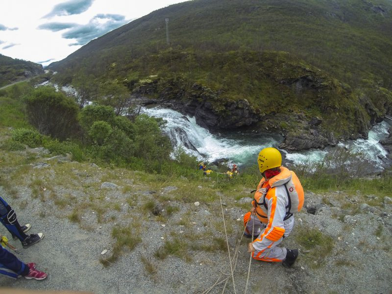Второй водопад обносим. Спуск катамаранов в каньон на веревках