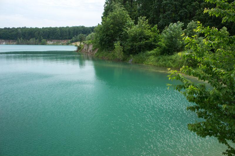 Затопленный Черепашинский карьер. В солнечных лучах вода в карьере цвета бирюзы