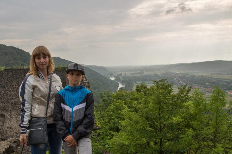 Тур по Закарпатью. На фоне долины