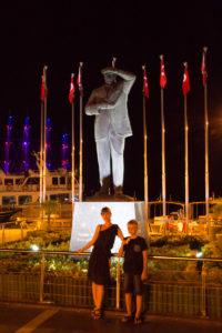 Турция. Памятник Ататюрку в Мармарисе