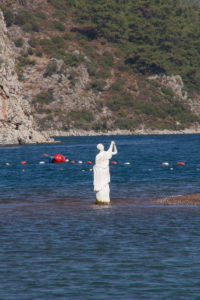 Турция. Острова. Статуя на песчаной косе