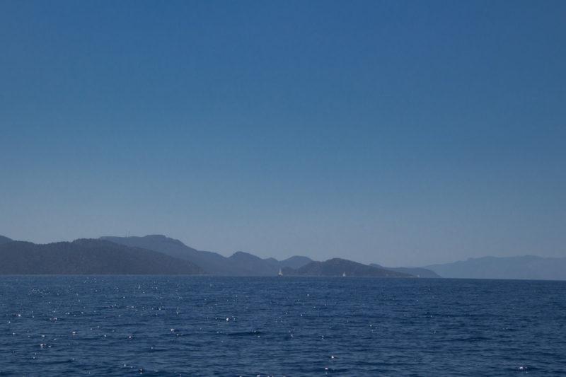 Турция. Острова. Вдали прогулочные яхты