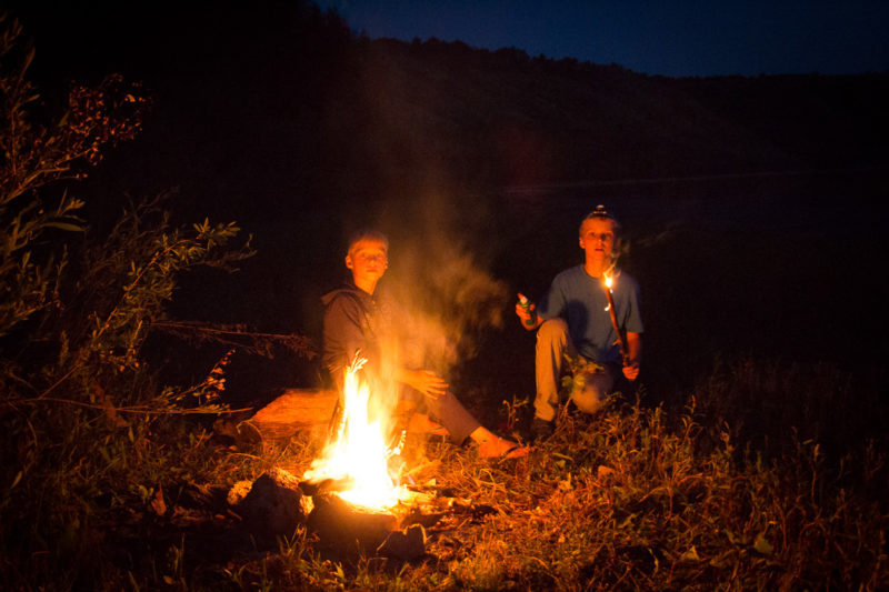 Отдых на реке Ушица. Дети жгут (что-то)